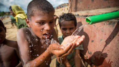 Refugiados: menino bebendo agua refugiado em Bangladesh