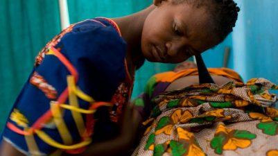 Refugiados: refugiada parteira na Tanzania