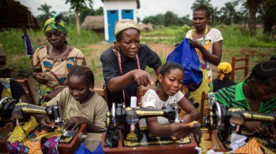 Refugiados: mulheres costurando na república democrática do congo