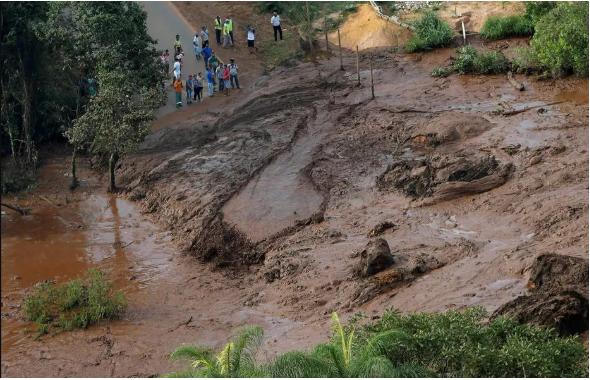 Imagem de rejeitos de rompimento de barragem.